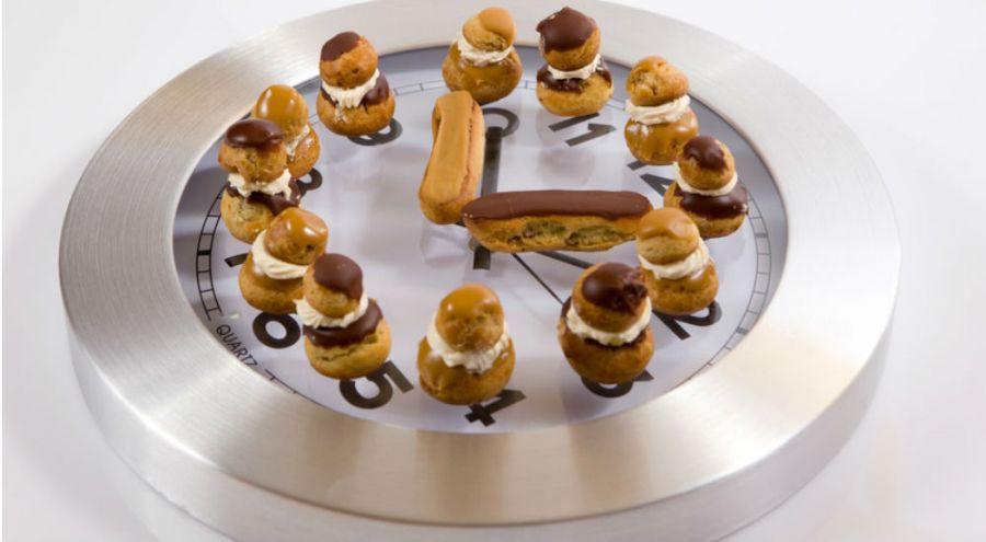 Horloge recouverte de pâtisseries