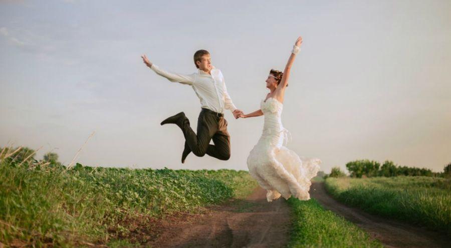 Mariés heureux dans la campagne