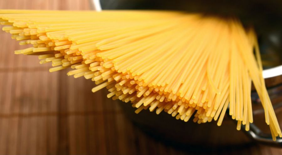 Spaghetti dans une casserole d'eau