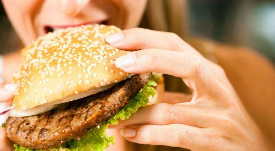 Femme mangeant un hamburger