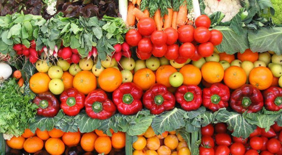 étal de fruits et légumes sur un marché