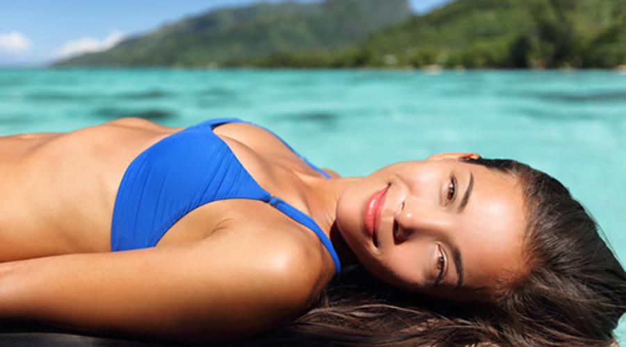 femme allongée sur la plage