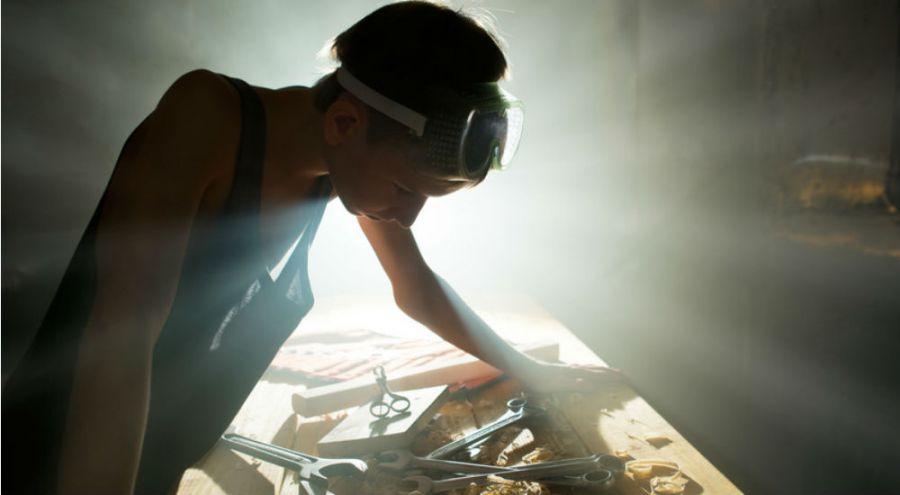 Jeune femme dans son atelier
