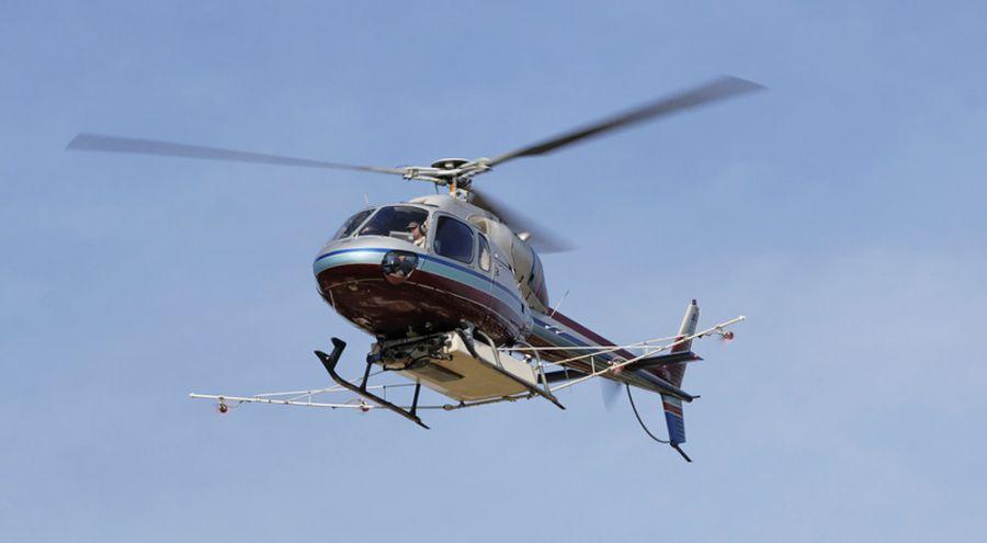 Hélicoptère d'épandage en plein vol