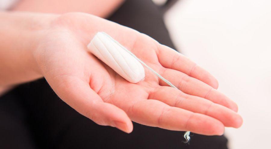 Tampon hygiénique posé sur la paume d'une main