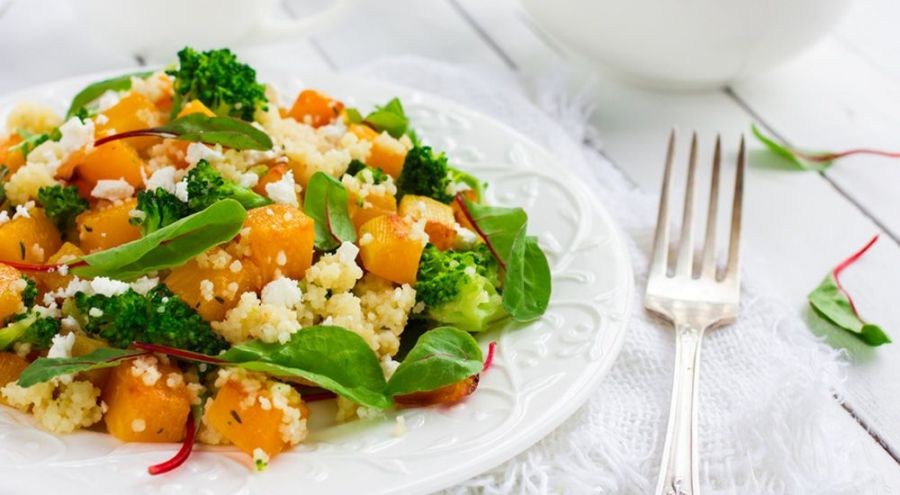 Couscous végétarien dans une assiette blanche