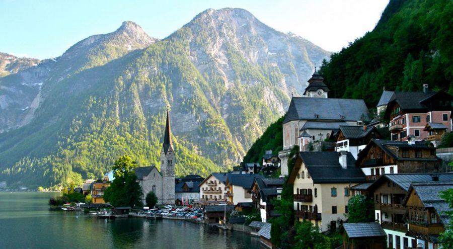 Paysage d'une ville autrichienne au bord d'un lac