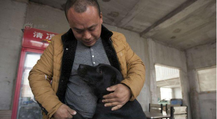 Wang Yan et l'un des chiens qu'il a accueilli dans son refuge