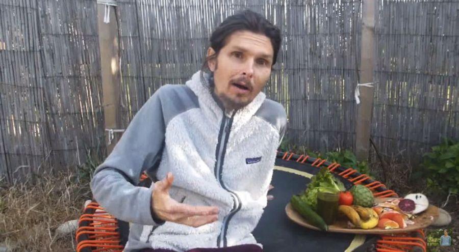 Thierry casanovas à côté d'un plateau de fruits et jus de légumes.
