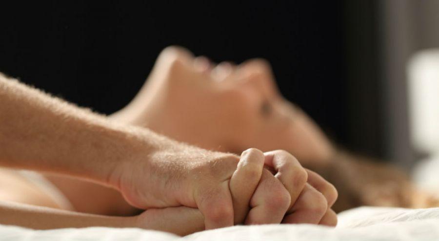 une femme prend du plaisir car son conjoint lui fait l'amour