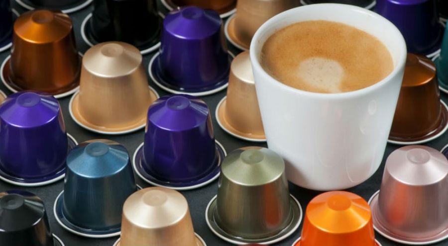 des capsules de café avec une tasse à café