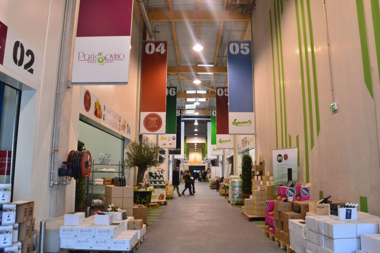 stands dans la halle bio du marché de Rungis