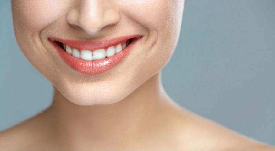 Un sourire d'une femme avec des dents blanches