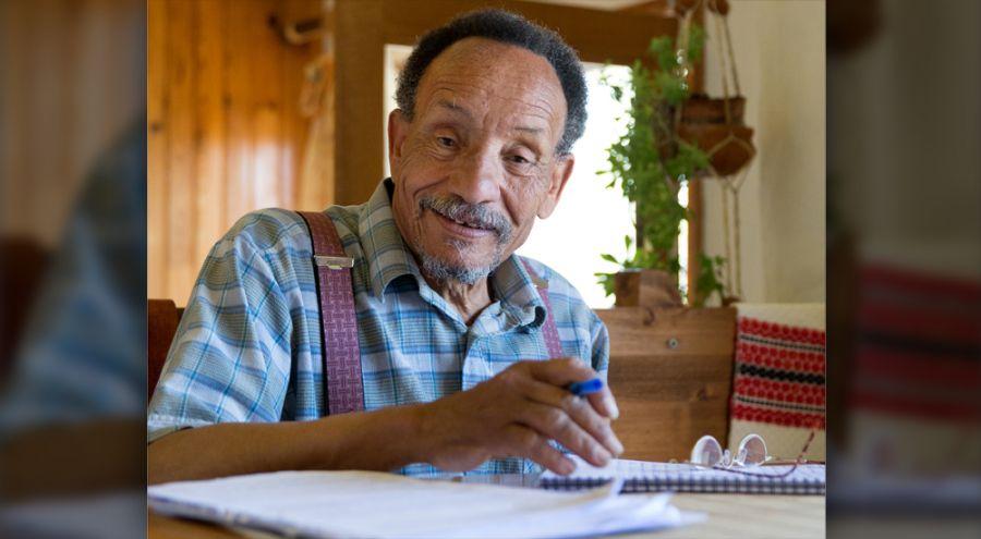 Pierre Rabhi en train d'écrire sur un papier