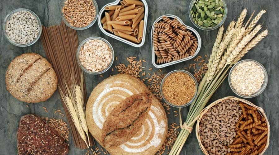 Aliments riches en fibres sur une table, noisettes, riz et pâtes