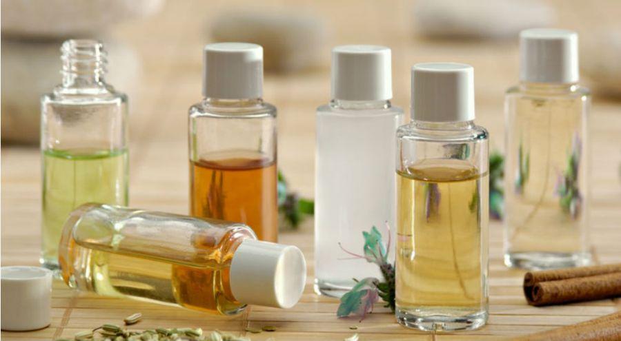 des huiles essentielles dans des flacons