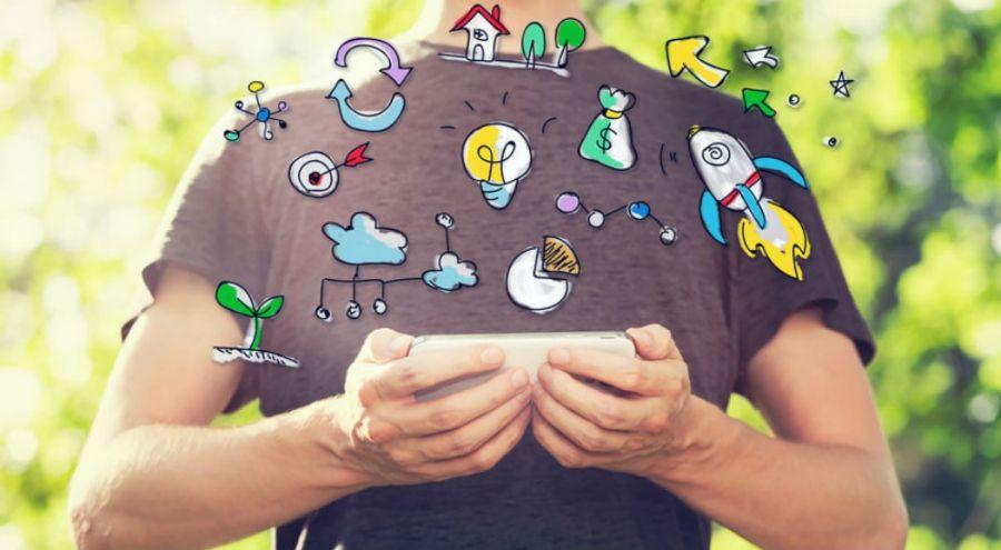 une homme utilise son smartphone avec plein de logos écologiques