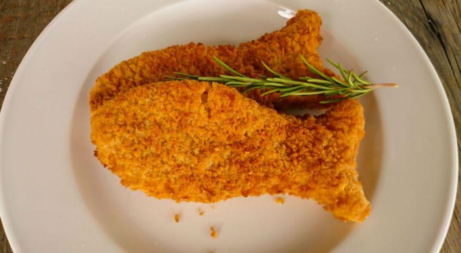 des poissons panés dans une assiette
