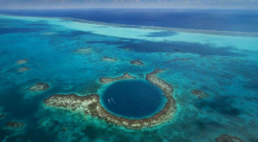 un trou bleu dans un océan