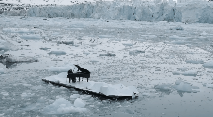 un pianiste sur la banquise en Arctique
