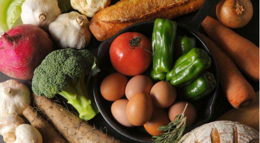 des fruits, des légumes, du pain sur une table
