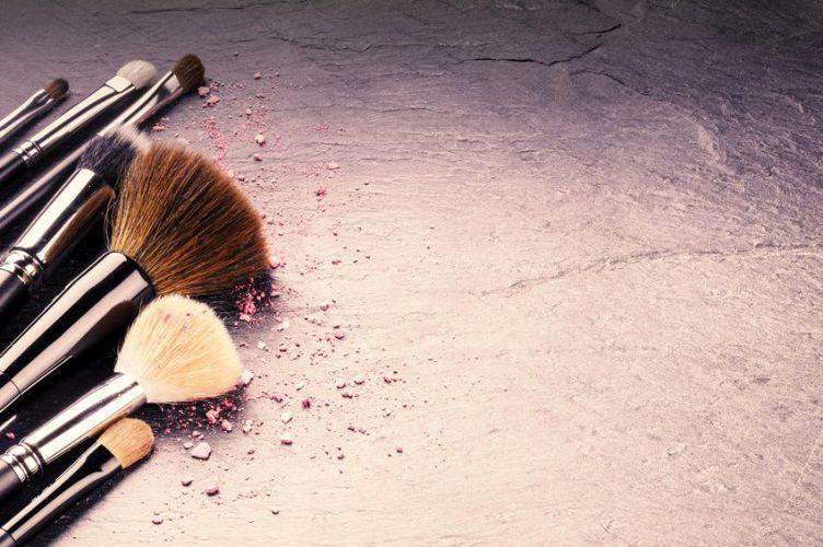 des pinceaux de maquillages avec de la poudre dessus
