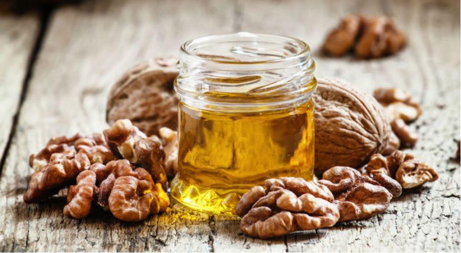 de l'huile de noix et des noix