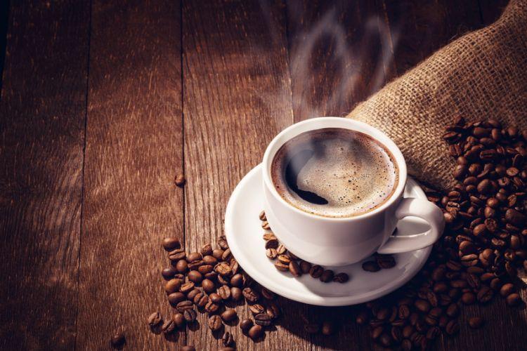 tasse de café posé sur un sac de grains de café