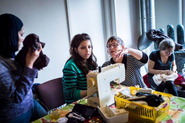 un groupe de bénévoles réparent les objets abîmés des visiteurs