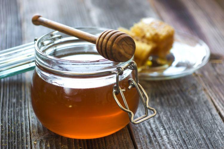 un pot de miel posé sur une table