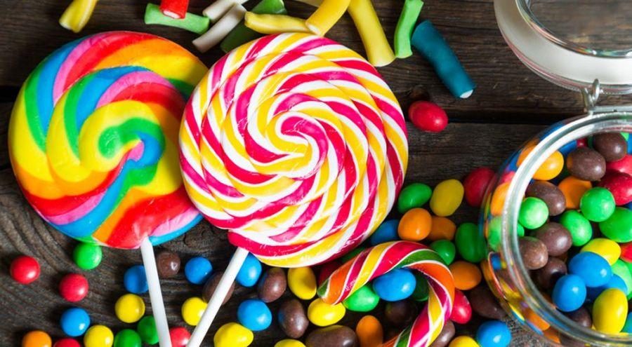 différents types de bonbons sur une table