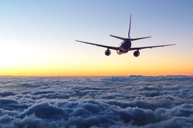 un avion en train de voler dans le ciel
