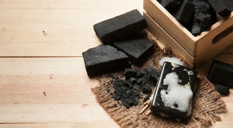 du charbon végétal et du savon noir