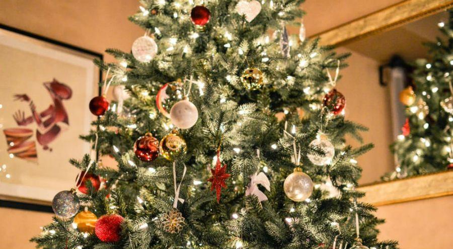 un sapin de Noël illuminé dans une maison