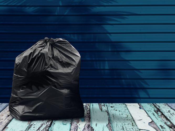 un sac poubelle placé sur le sol