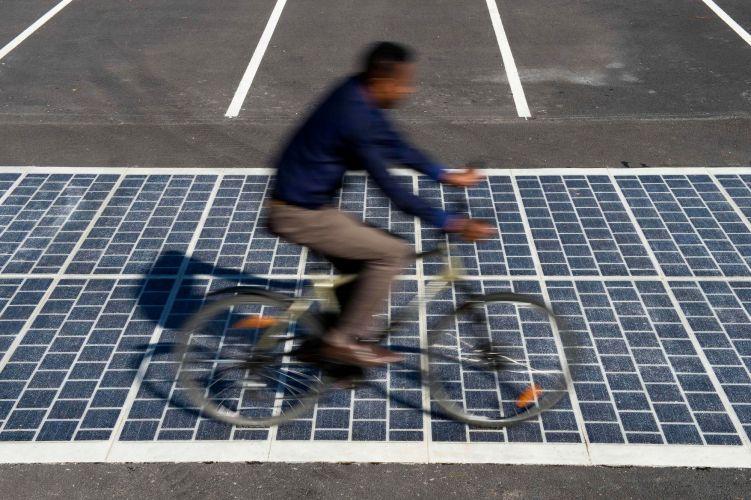 un cycliste qui roule sur une route solaire