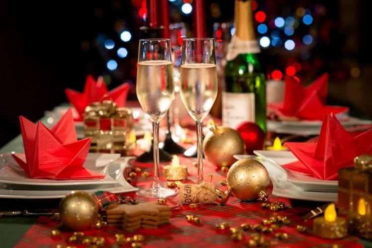 des verres de champagnes posées sur une table décorée