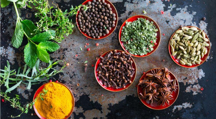 des graines et des épices sur une ardoise