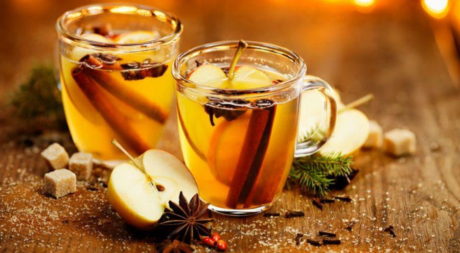 deux tasses de jus de pomme chaud aux épices