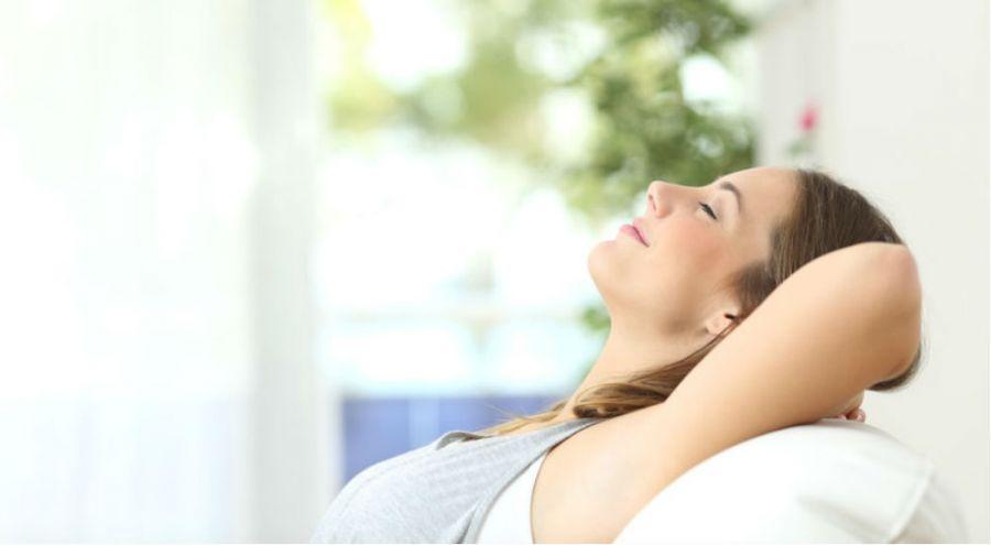 une femme respire l'air pur d'une maison propre