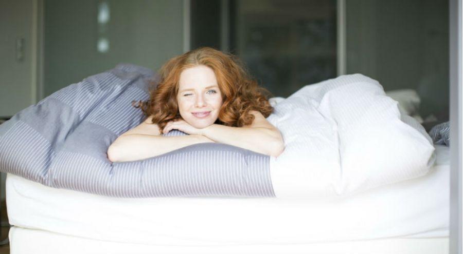 une femme qui se réveille en forme et de bonne humeur
