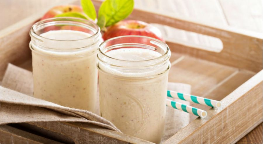 des yaourts au lait végétal sur un plateau en bois
