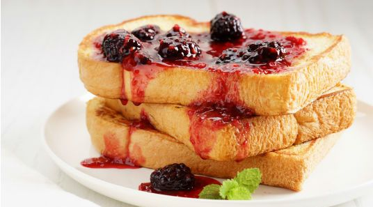 du pain perdu avec du coulis de fruits rouges