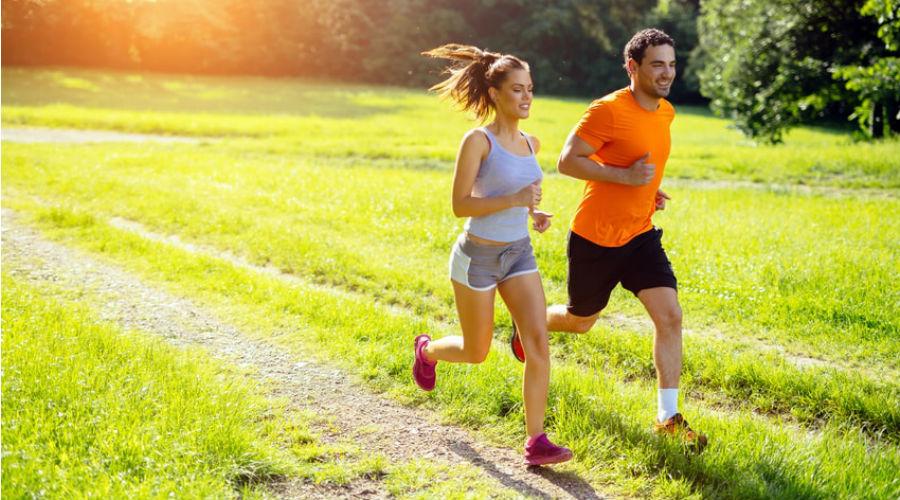 une femme et un homme pratiquent la course à pied dans la nature