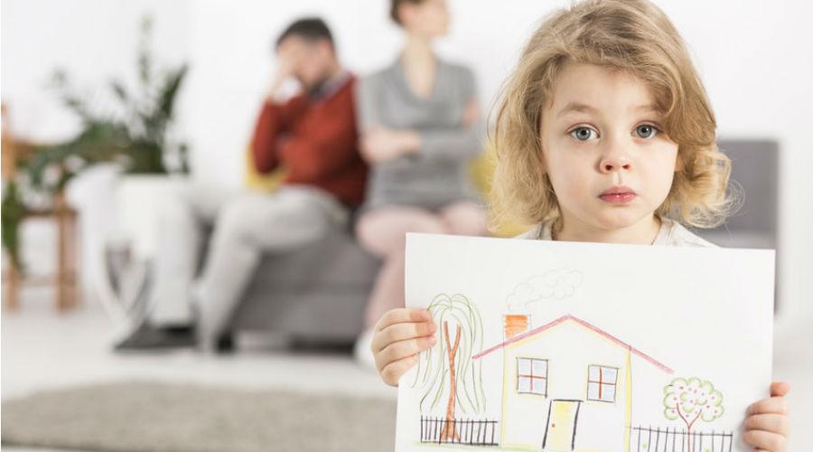 un enfant dans une maison avec ses parents