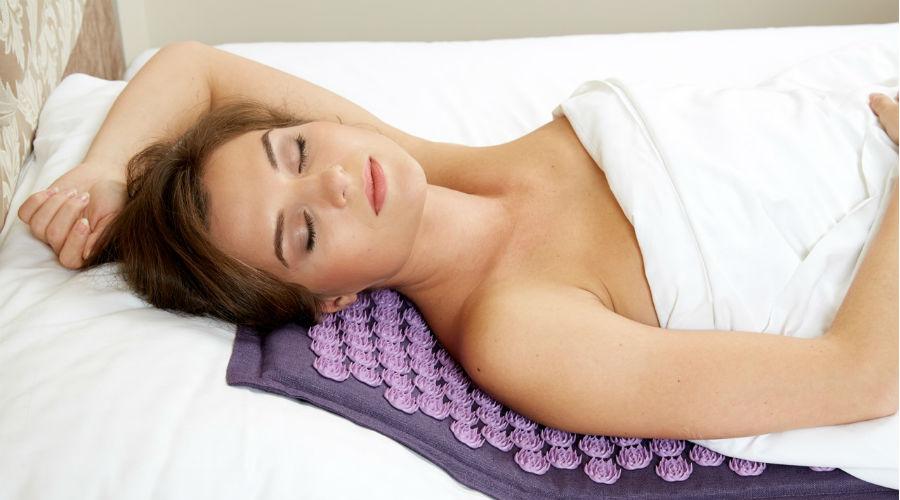un tapis d'acupression pour soulager les maux de dos