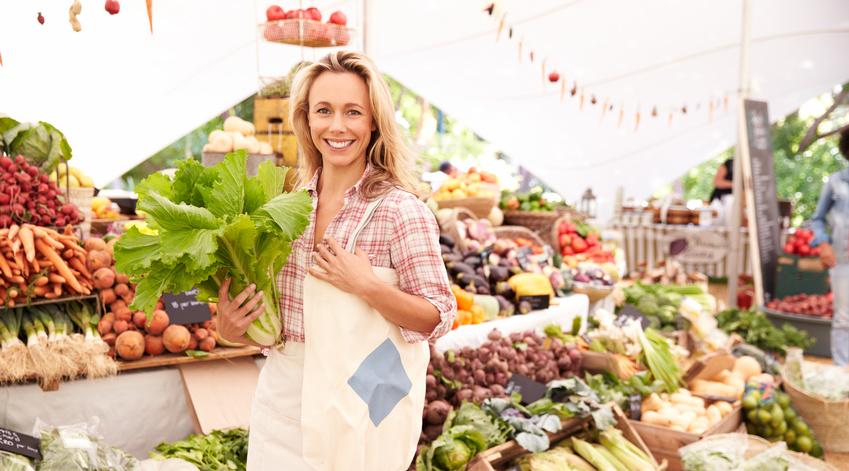 Dame achetant ses légumes sur un marché