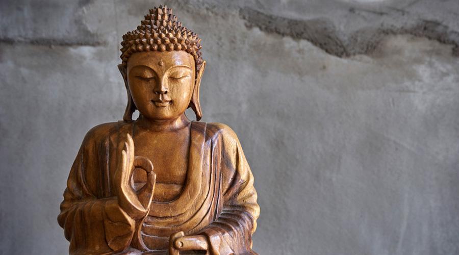 Statuette de Bouddha posée dans une rivière