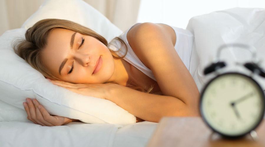 Ces lunettes pourraient bien nous offrir 30 minutes de sommeil supplémentaires