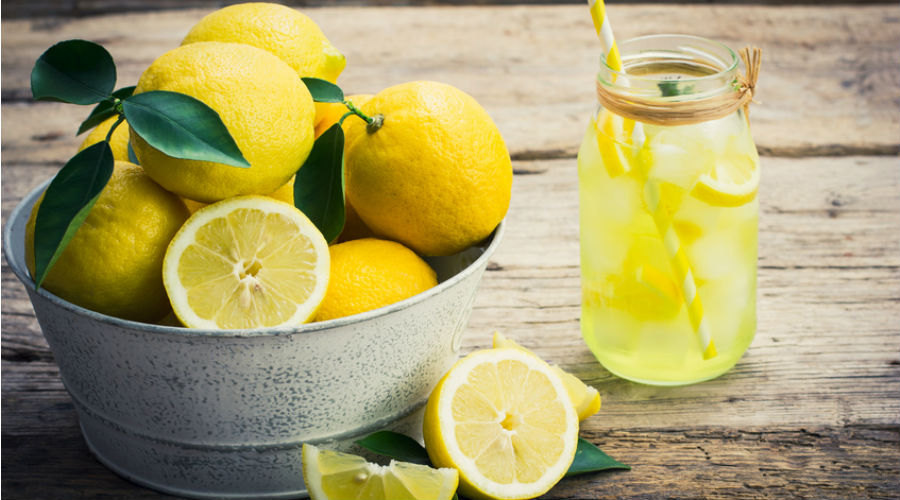 citron dans un bocal et jus de citron